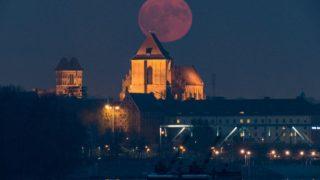 super-luna-albastra-rosie-polonia